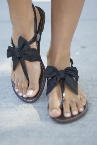shoes sandals beach shoes black sandals black bow sandals bow bow sandals black black shoes black bow bows summer shoes ribbon shos clothes backsandals gladiators feet summer flip-flops slippers cute flats bow shoes cute sandals cute shoes black flat with bow style