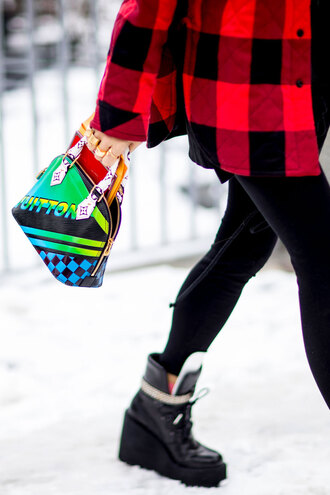bag nyfw 2017 fashion week 2017 fashion week streetstyle printed bag leggings black leggings boots black boots wedges coat tartan