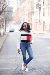 millennielle,blogger,skinny jeans,white sneakers,tommy hilfiger,white sweater,superga,sports sweater,graphic sweatshirt