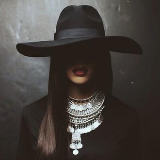 jewels necklace silver hat black fashion shirt red red lipstick grunge black hat back