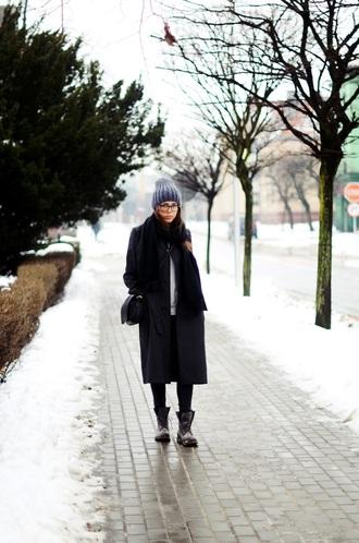 jestem kasia blogger winter outfits pom pom beanie black coat combat boots
