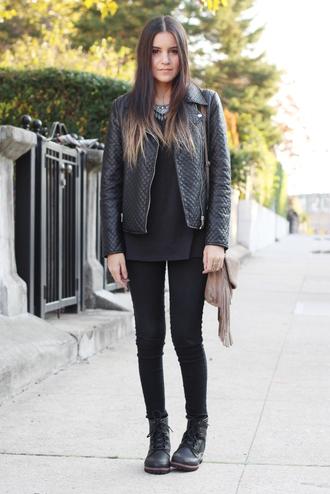 jacket jewels bag jeans drmartens t-shirt blogger leather jacket dress like jess fringes fringed bag