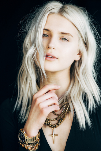 fire on the head blogger hairstyles platinum hair blonde hair natural makeup look cross gold chain gold jewelry gold watch jewels no make-up look