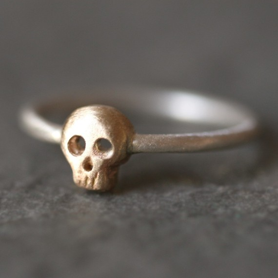 Baby skull ring in 14k gold and sterling par michellechangjewelry