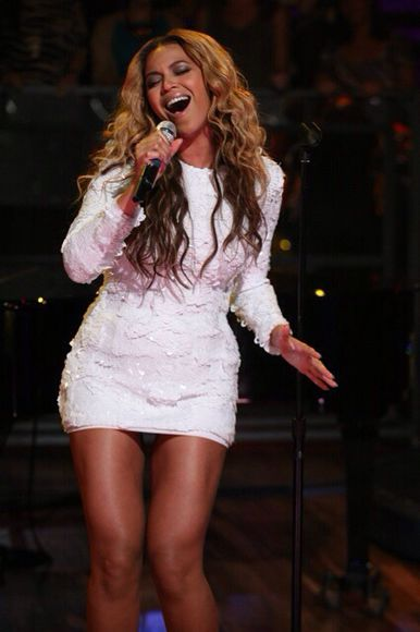 dress short white dress beyonce dress beyoncé dress celebrity style hairstyles weheartit curly singing beyonce fashion