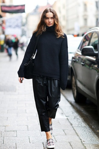 shoes printed slippers slippers flats print culottes cropped pants black leather pants leather pants black pants sweater black sweater bag black bag streetstyle