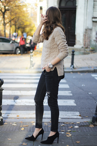fashion and style blogger jeans jewels bag ripped jeans black heels knitted sweater