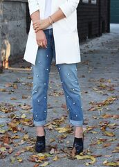 jeans,embellished denim,embellished,cuffed jeans,blue jeans,shoes,black high heels,high heels,white blazer,blazer