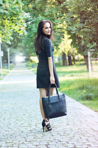 leona meliskova blogger black sandals tartan tote bag
