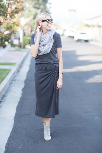 modern ensemble blogger t-shirt skirt scarf shoes jewels sunglasses