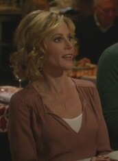 blouse,dusty pink,claire dunphy,julie bowen,modern family