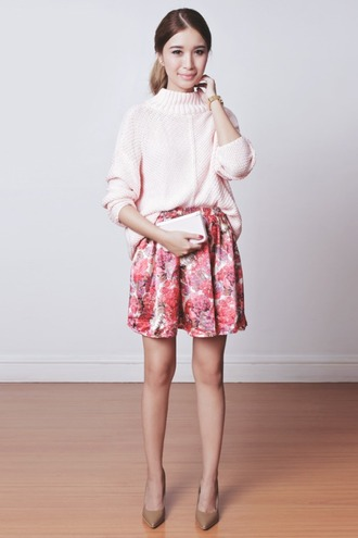 tricia gosingtian blogger shorts flowered shorts nude high heels pink sweater knitted sweater