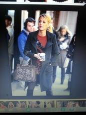 bag,gossip girl,serena van der woodsen,gloves,sweater,skirt