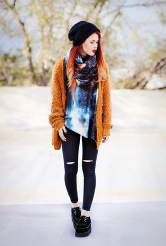 le happy blogger top scarf jeans galaxy print beanie ripped jeans knitted cardigan creepers fall outfits beautymanifesto
