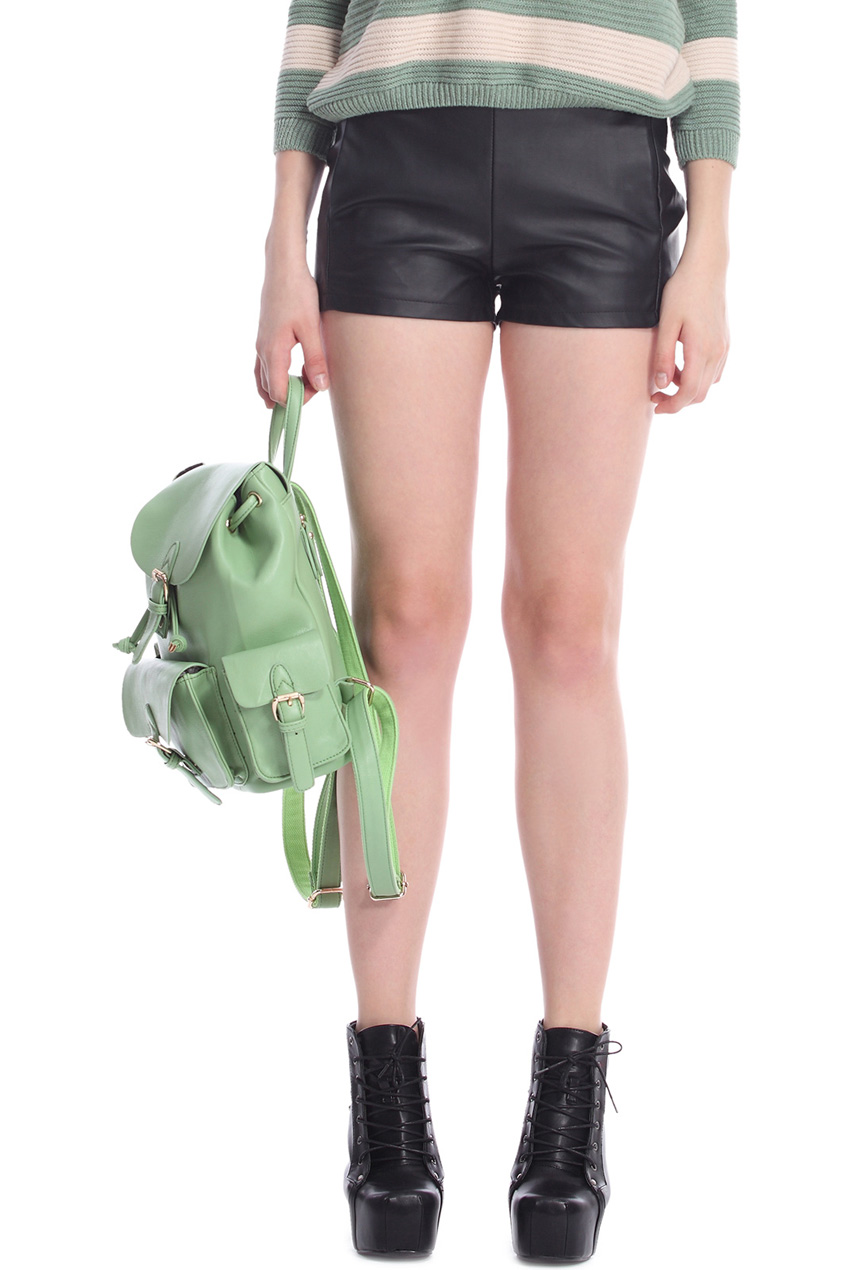 Black fake leather shorts, the latest street fashion