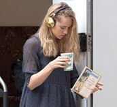 celebrity,model,headphones,frends taylor,suki waterhouse