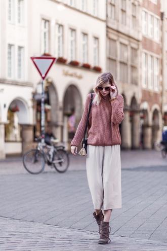 bekleidet blogger bag shoes pink sweater white pants brown boots shoulder bag round sunglasses