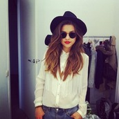 blouse,blanche,rouge à levre,chapeau,manche longues,lunette de soleil,curly hair,hat,fringes,felt hat