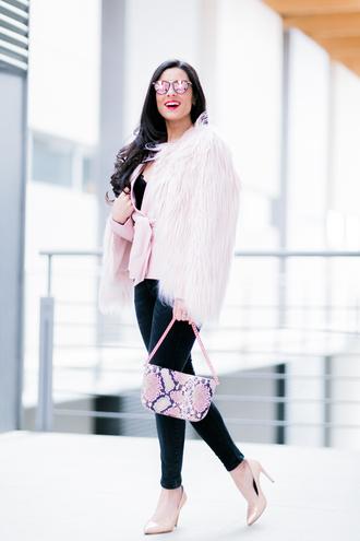 crimenes de la moda blogger jacket coat jeans sunglasses jewels bag shoes fuzzy coat shoulder bag nude heels high heel pumps pink coat