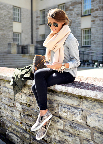 mariannan t-shirt shoes scarf top sweater jacket sunglasses leggings bag jeans watch slip-on serpent nude pink soft gris pullover white creme winter outfits shoes leopard army green jacket green kaki jacket vuitton bag black pants light scarft french slip on shoes fall outfits