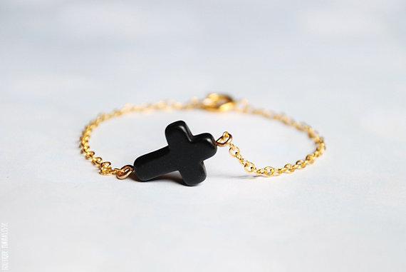 Sideways cross bracelet  black and gold par boutiqueminimaliste