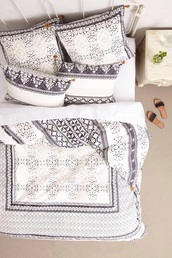 jacket,bedding,duvet,bedroom,white pattern,cozy,fall outfits,black and white