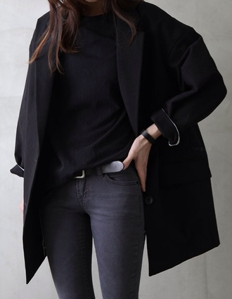 coat boyfriend coat all black everything black monochrome belt jeans black jeans leather belt tank top t-shirt black t shirt cropped t-shirt crop tops classy long coat trench coat minimalist