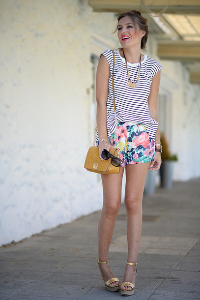 mi aventura con la moda blogger flowered shorts metallic shoes gold shoes wedge sandals summer outfits shoes