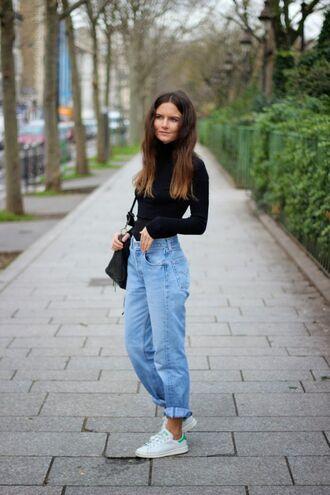 jeans black bag white sneakers blogger black turtleneck top boyfriend jeans