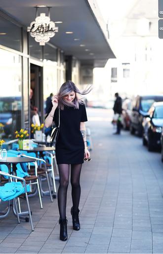 bekleidet blogger little black dress black boots