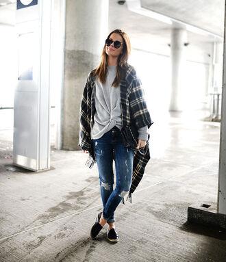 stylista blogger poncho blanket scarf tartan grey sweater ripped jeans jacket