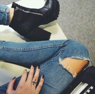 shoes on point clothing boots black black boots chunky heels chunky sole boots chunky sole zip ankle boots black ankle boots leather ankle boots jeans boyfriend jeans ripped jeans tumblr edgy grunge cute stylish fashionista tumblr shoes