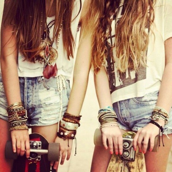shorts jewels t-shirt necklace wood white jeans bohemian armband dreamcatcher necklace dreamcatcher lether cut off shorts pants black black and white penny board skate board beach hipster hippie