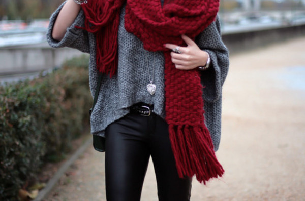 sweater shirt grey knitted sweater thick loose fit sweater loose loose scarf jewels pants leather leather leggings black black leggings red thick scarf red scarf thick scarf leather pants heart jewelry grey sweater outside