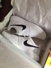 shoes,nike,black and white,nike running shoes,nike roshe run,nike air,nike sneakers,nike free run,nike shoes,sportswear,sports shoes,sporty,black,white