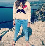 jeans,pendent,horloge,pull,long cheveux,turquoise jeans,nu-pieds,bracelets,clouté,pull moustache,Accessory