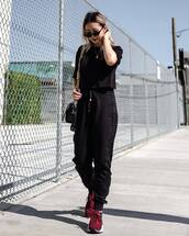 pants,black pants,joggers,black t-shirt,sneakers,shoulder bag,sunglasses