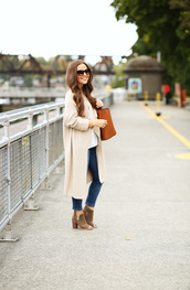 dress corilynn,blogger,sweater,jeans,top,bag,shoes,jewels,sunglasses,coat,nude coat,white top,brown bag,skinny jeans,ankle boots,brown boots,block heels,stacked wood heels