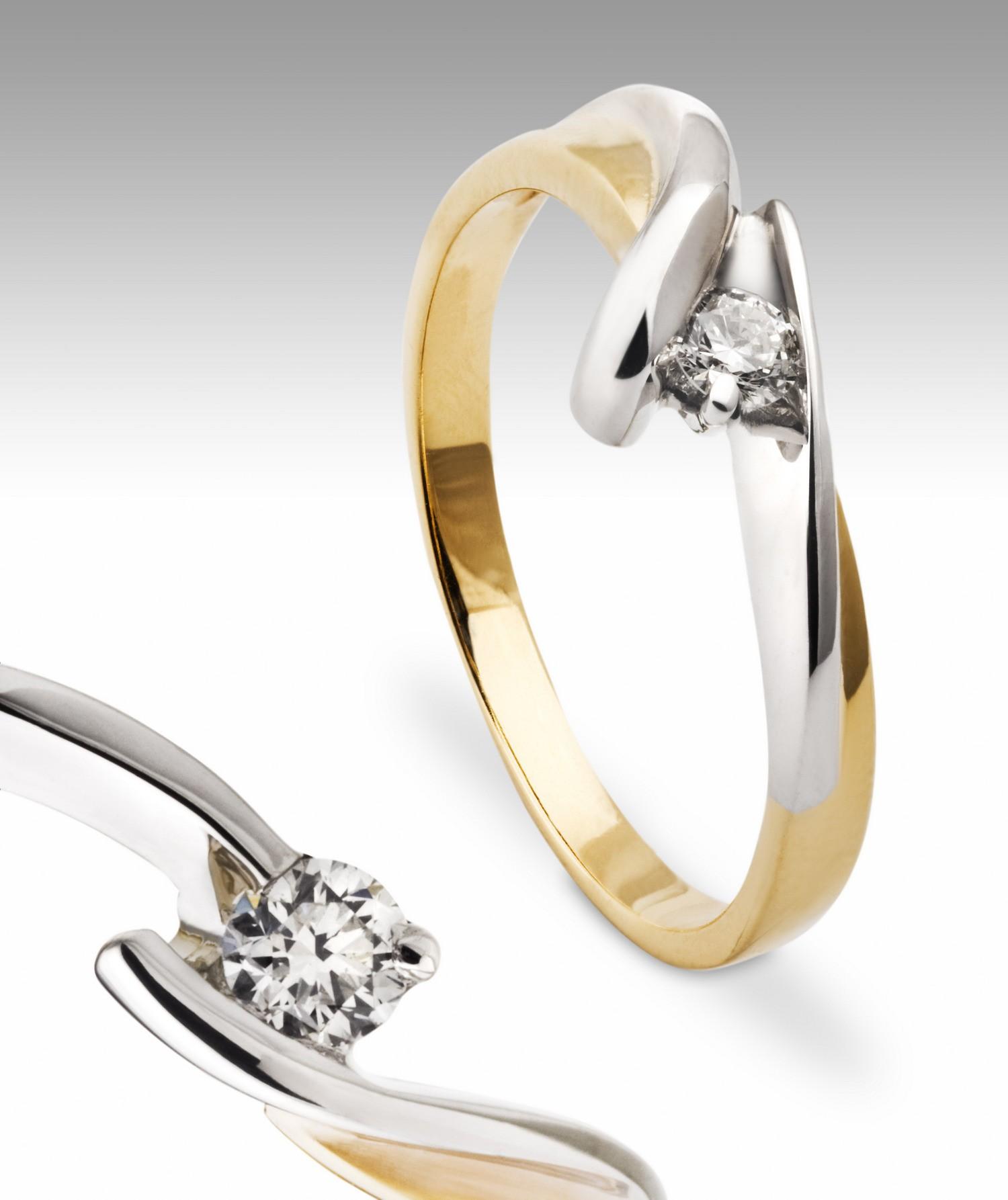 Nowoczesny pierścionek zaręczynowy z brylantem