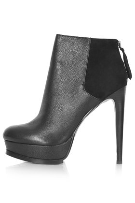 Attention ankle boots