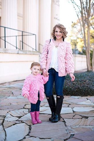 something delightful blogger cardigan t-shirt jeans shoes jewels bag tank top pink cardigan wellies winter outfits mother and child