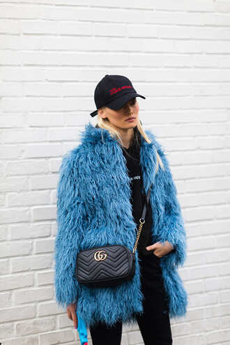 coat nyfw 2017 fashion week 2017 blue coat fur coat fuzzy coat blue fluffy coat bag black bag gucci gucci bag chain bag hoodie black hoodie cap jeans