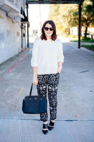 kendi everyday blogger sunglasses bag jewels t-shirt printed pants black shoes