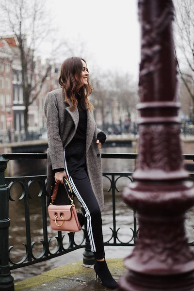 le fashion image blogger coat sweater bag pants socks ankle boots grey coat spring outfits pink bag
