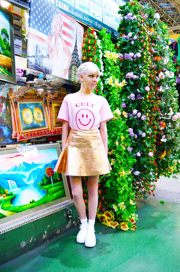 stella's wardrobe blogger t-shirt skirt jewels shoes gold skirt sneakers summer outfits