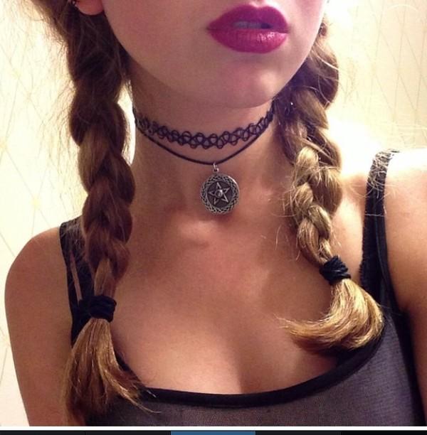 jewels choker necklace jewelry black choker necklace pentagram red lipstick blonde hair alternative blouse