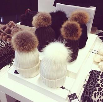 Mitu värvi: pompom karusnahast tutimüts