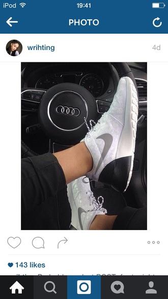 shoes trainers nike black&rehire white black amazing fashionista tumblr