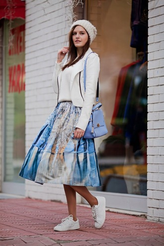 the bow-tie blogger midi skirt white sneakers blazer shoulder bag knitted beanie blue bag