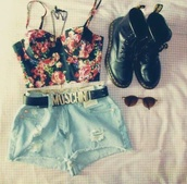 belt,moschino belt,crop tops,flowertop,High waisted shorts,top,crop